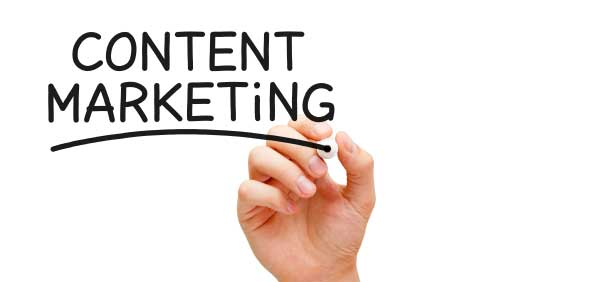 En hand skriver texten Content Marketing